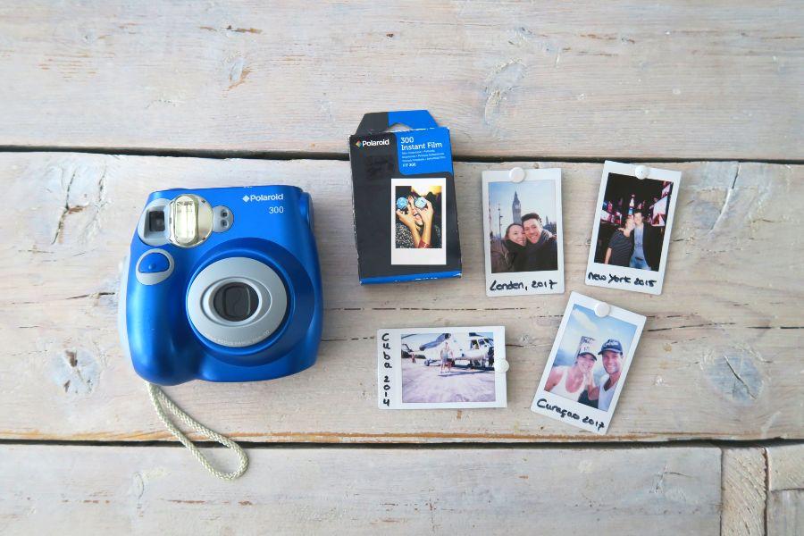 polaroid camera met polaroids