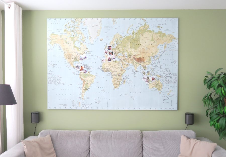 wereldkaart met polaroids
